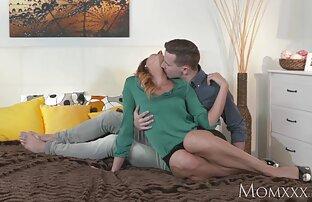 Des lesbiennes pointillées coulent des jouets mammouths dans games porn gratuit leur chatte lors d'une séance de télé-réalité
